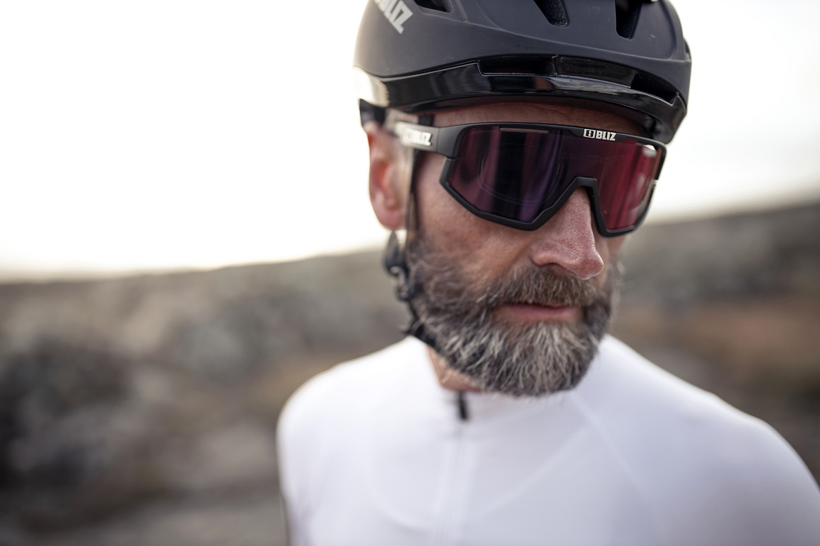 52001-14-vision-56007-10_zonar helmet-bliz sunglasses_cycling_matt black_sportsglasses_action1