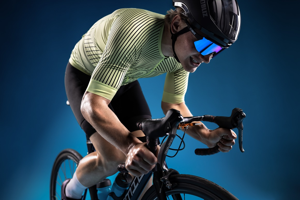 52102-10_breeze-bliz sunglasses_cycling_matt black_sportsglasses_action1